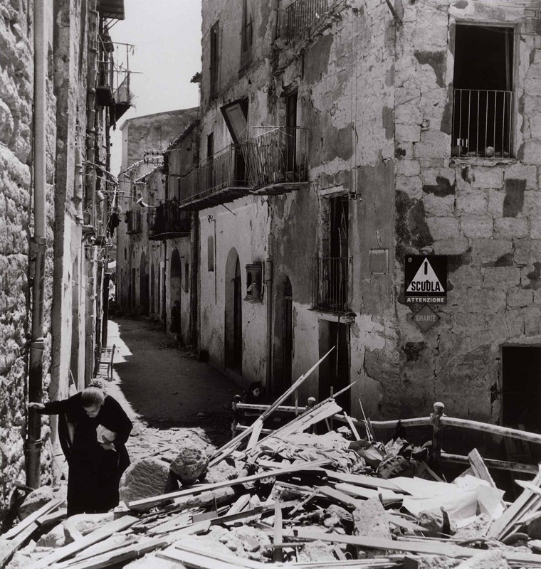 Anziana donna tra le rovine di Agrigento, 17-18 luglio 1943 - An old lady finding her way trough the ruins, Agrigento July 17-18  1943