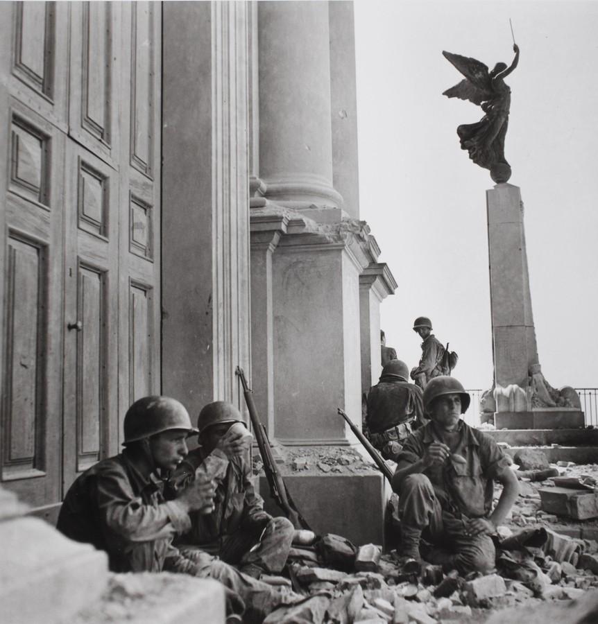 Soldati americani a Troina, nei pressi della cattedrale di Maria Santissima Assunta, dopo il 6 agosto 1943 - Soldiers in Troina in front of the Cathedral of  Maria Santissima Assunta, after  August 6th 1943