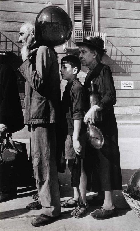 In coda per l'acqua in una via di Napoli, ottobre 1943 - Queing for water, Naples October 1943