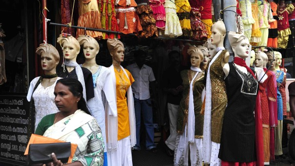 WEST AGAIN Tamil Nadu, southeastern India: clothing retailers are offering Western models of mass consumption...!