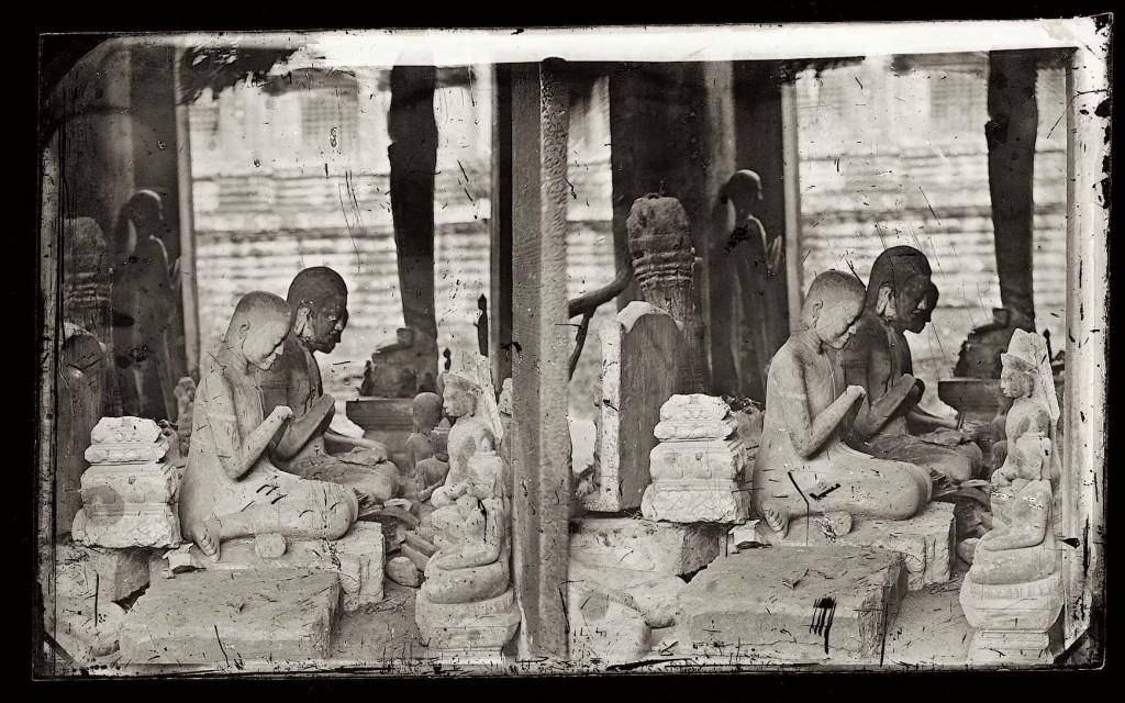 1866, Three statues of kneeling Buddah, Ankor Wat, Cambodia •  Tre statue di Buddah in ginocchio, Ankor wat, Cambogia