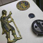 Placchetta con pellegrino, primo quarto del XIII secolo. Firenze, Museo Nazionale del Bargello