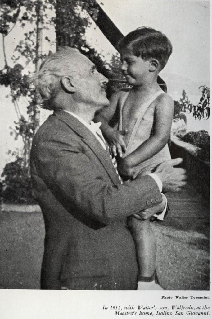Nel 1932 col nipote Walfredo, figlio di Walter, nella sua casa a Isolino San Giovanni.