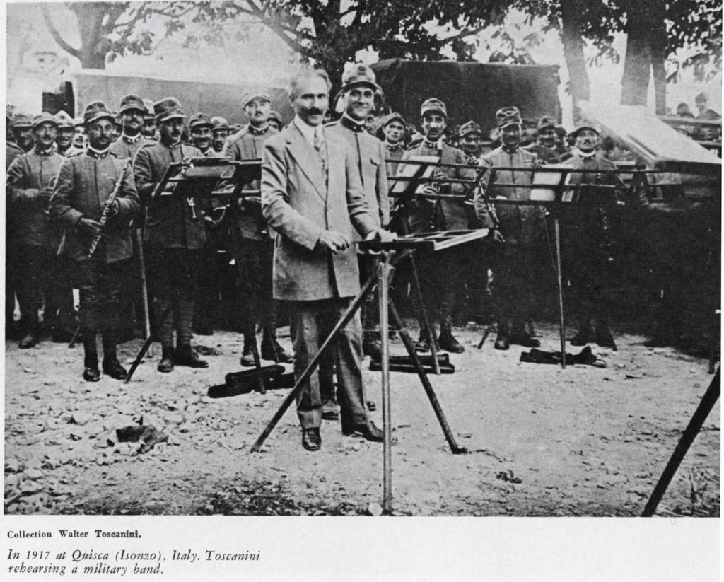 Nel 1917, a Quisca (Isonzo), Toscanini dirige le prove di una banda militare.
