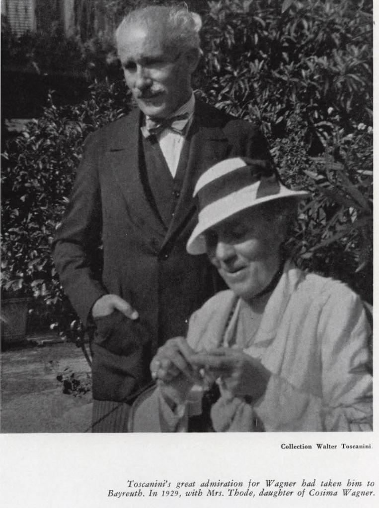 La grande ammirazione di Toscanini per Wagner lo portò a Bayreuth nel 1929. Qui è ritratto con la Sig.ra Thode, la figlia di Cosima Wagner.
