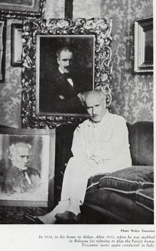 """Nel 1934 nella sua casa di Milano. Dopo il 1931, quando fu """"costretto"""" a Bologna per essersi rifiutato di eseguire l'inno fascista, Toscanini non diresse più in Italia."""