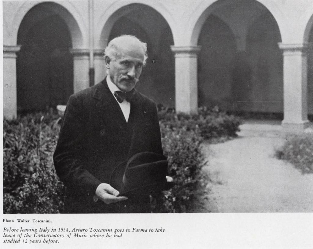 Prima di lasciare l'Italia, nel 1938, Toscanini si reca in visita, a Parma, per accomiatarsi dal Conservatorio dove aveva studiato 52 anni prima.