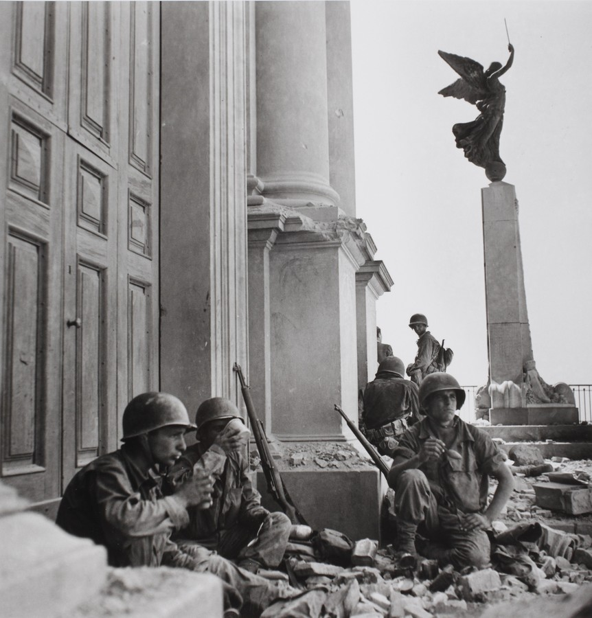Soldati americani a Troina, nei pressi della cattedrale di Maria Santissima Assunta, dopo il 6 agosto 1943 - Soldiers in Troina in front of the Cathedral of  Maria Santissima Assunta, after  August 6th 1943