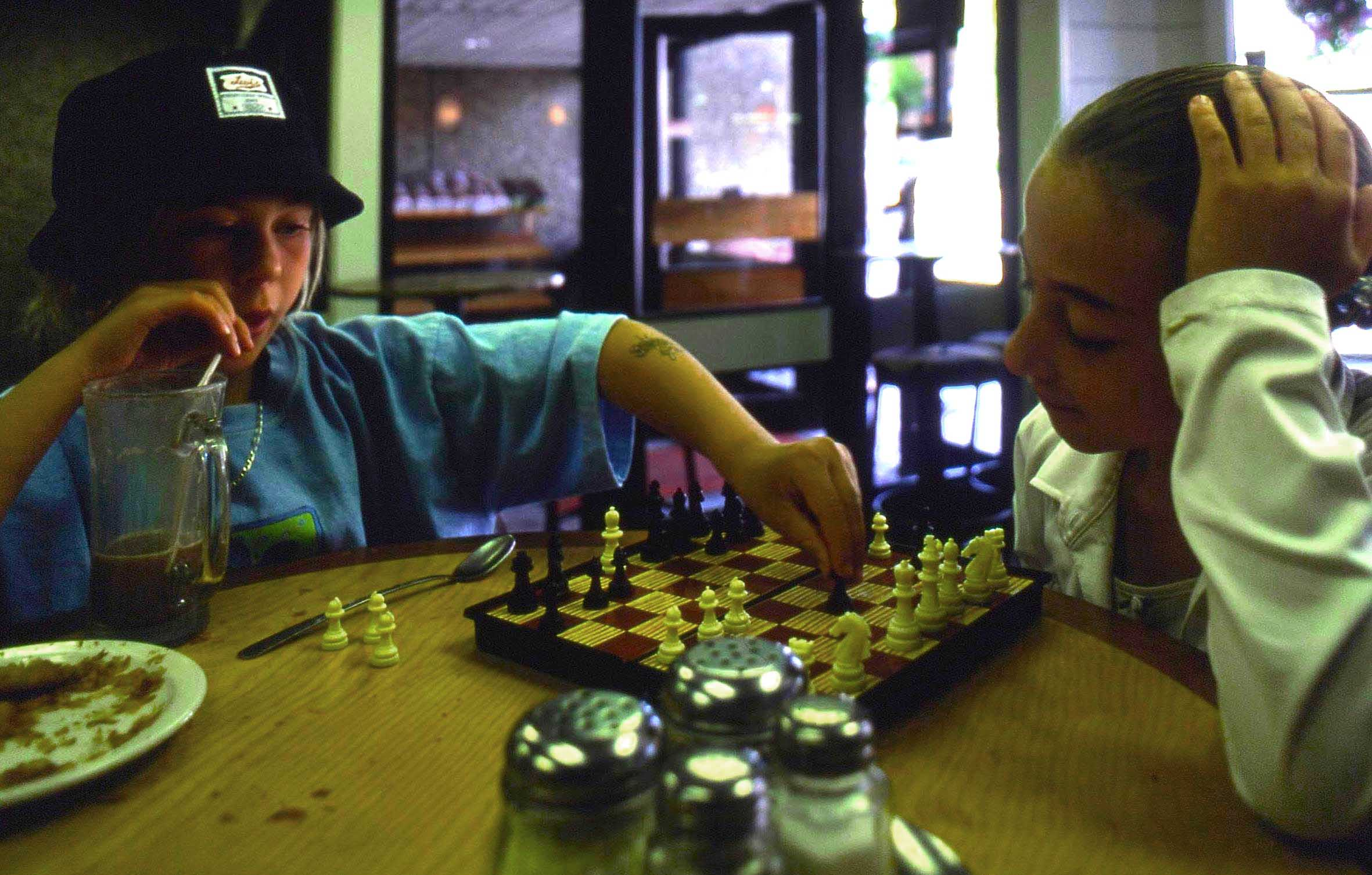 Canada, Alberta, Jasper, giocatrici di scacchi